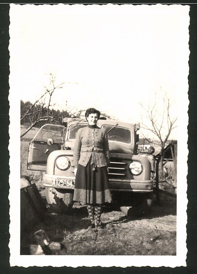 Fotografie Lastwagen Hanomag, Hausfrau vor LKW stehend, Kfz-Kennzeichen: BR125-643
