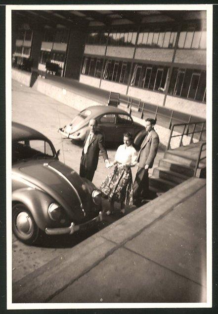 Fotografie Auto VW Käfer, junge Frau betrachtet Volkswagen PKW