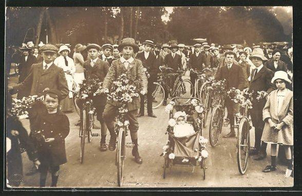Foto-AK Buben mit festlich dekorierten Fährrädern bei Umzug
