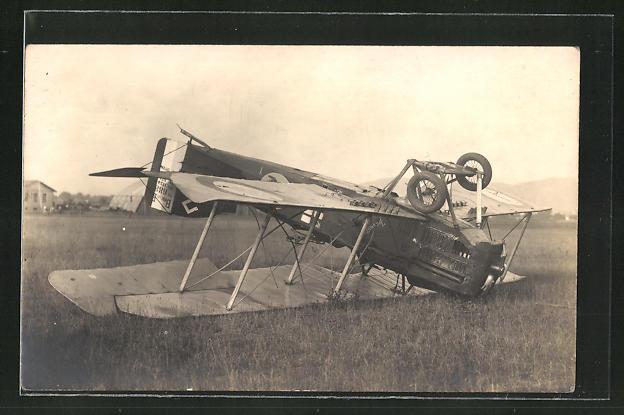 AK Verunglücktes Doppeldecker-Flugzeug liegt auf der Oberseite
