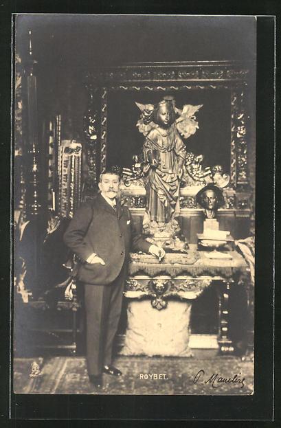 AK Ferdinand Roybet an einer Engelsstatue stehend