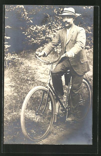 AK eleganter Herr auf einem Fahrrad im Wald