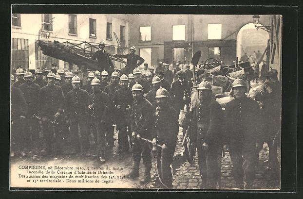 AK Compiegne, Feuerwehrleute im Innenhof der Kaserne, CPa4-2063