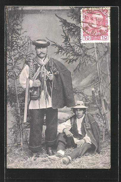 AK Vater und Sohn in traditioneller polnischer Kleidung, Studiokulisse