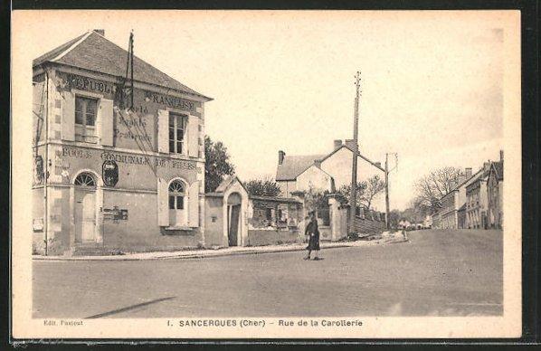 AK Sancergues, Ecole Communale de Filles en Rue de la Carollerie, Spaziergänger