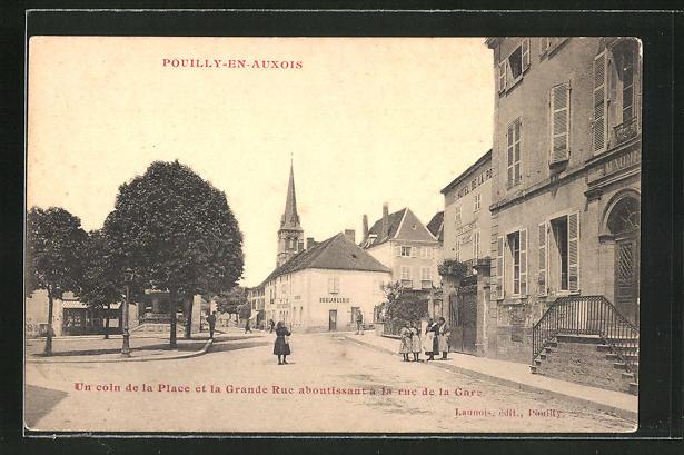 AK Pouilly-en-Auxois, Un coin de la Place et la Grande Rue aboutissant a la rue de la Gare