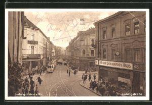 AK Ludwigshafen a. Rh., Strassenleben am Hotel Deutsches Haus mit Strassenbahn