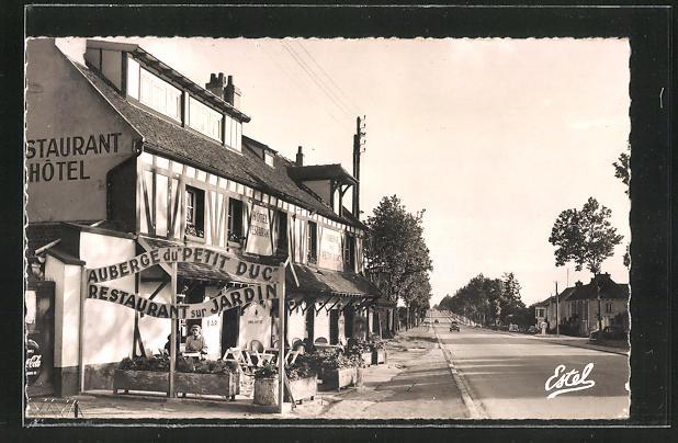 AK Coignieres, L'Auberge du Petit Duc a Maison Blanche et la route de Rambouillet 0