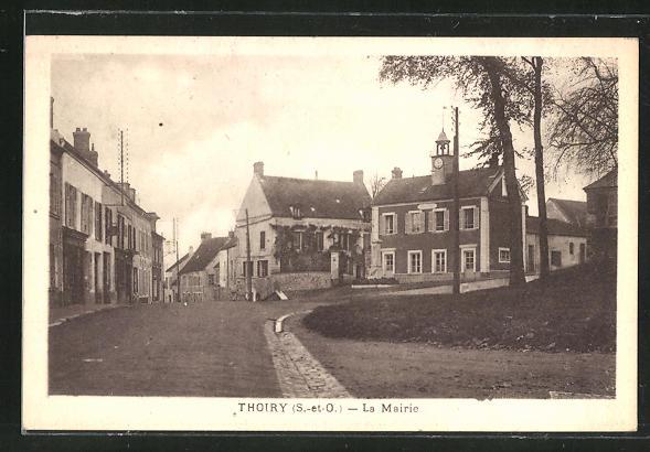 AK Thoiry, La Mairie, Strassenpartie mit Blick zum Rathaus