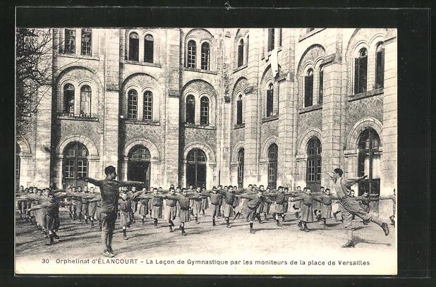 AK Elancourt, L'Orphelinat, La Lecon de Gymnastique par les moniteurs de la place de Versailles 0