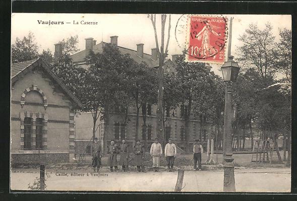 AK Vaujours, La Caserne, Soldaten vor der Kaserne