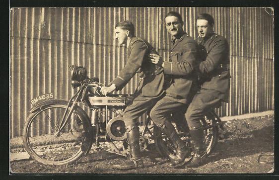 Foto-AK Drei britische Soldaten auf einem Douglas-Motorrad