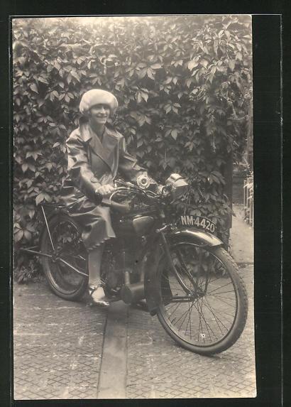 Foto-AK Frau auf einem Motorrad