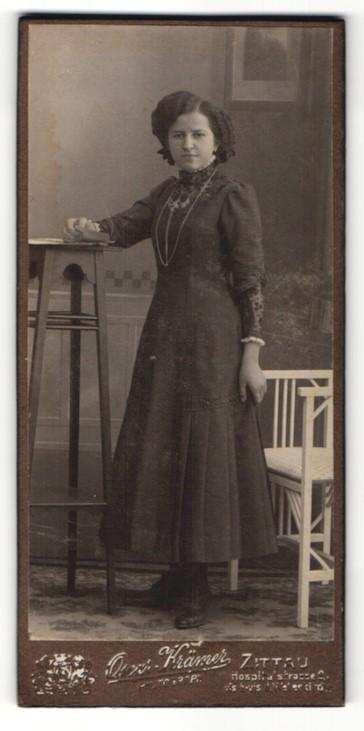 Fotografie Oscar Krämer, Zittau, Portrait junge Frau in Kleid