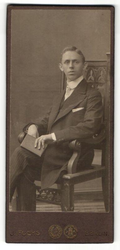 Fotografie J. Fuchs, Berlin, Portrait junger Herr in Anzug
