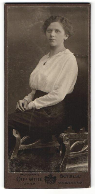 Fotografie Otto Witte, Berlin-SO, Portrait Dame in zeitgenöss. Kleidung