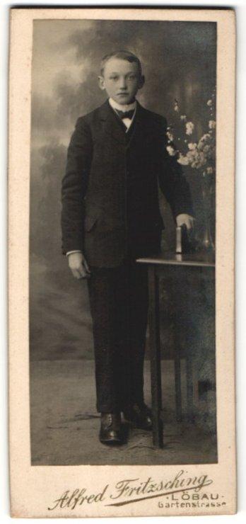 Fotografie Alfred Fritzsching, Löbau, Portrait Knabe in festlichem Anzug