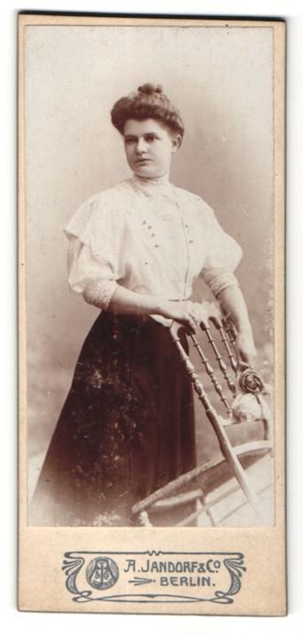 Fotografie A. Jandorf & Co., Berlin, Portrait junge Dame mit Hochsteckfrisur