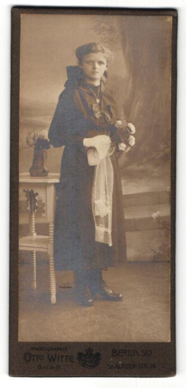 Fotografie Otto Witte, Berlin-SO, Portrait Mädchen in festlicher Kleidung