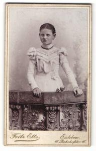 Fotografie Fritz Ette, Eisleben, Portrait Mädchen in festlichem Kleid