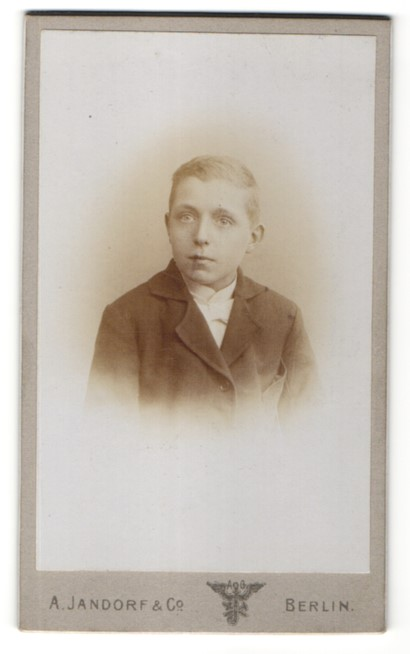Fotografie A. Jandorf & Co., Berlin, Portrait Knabe in Anzug