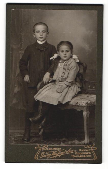 Fotografie Georg Weissgärber, unbekannter Ort, Portrait Bruder und Schwester