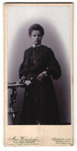 Fotografie Max Wörsdörfer, Berlin-SW, Portrait junge Frau mit zusammengebundenem Haar