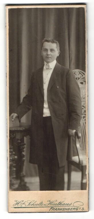 Fotografie Hch. Schulte-Heuthaus, Frankenberg i/S, Portrait halbwüchsiger Knabe in feierlicher Garderobe