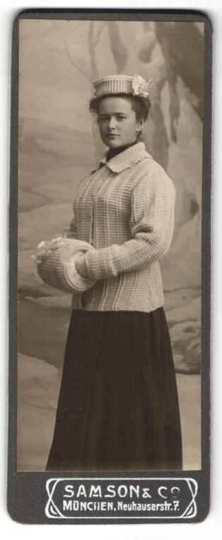 Fotografie Samson & Co, München, Portrait junge Frau in modischer Winterkleidung