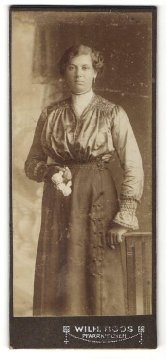 Fotografie Wilh. Boos, Pfarrkirchen, Portrait junge Frau in festlicher Garderobe