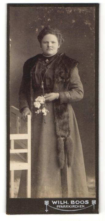 Fotografie Wilh. Boos, Pfarrkirchen, Portrait Fräulein mit Pelzschal
