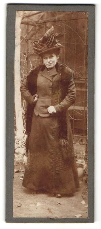 Fotografie unbekannter Fotograf und Ort, Portrait Dame mit Pelzschal und Hut