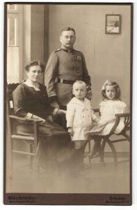 Fotografie Atelier Schröter, Leipzig, Uffz. in Uniform mit Orden & Säbel nebst Familie