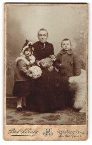 Fotografie Paul Körnig, Annaberg / Erzg., Mutter mit Hundewelpe & Kindern im Foto-Atelier