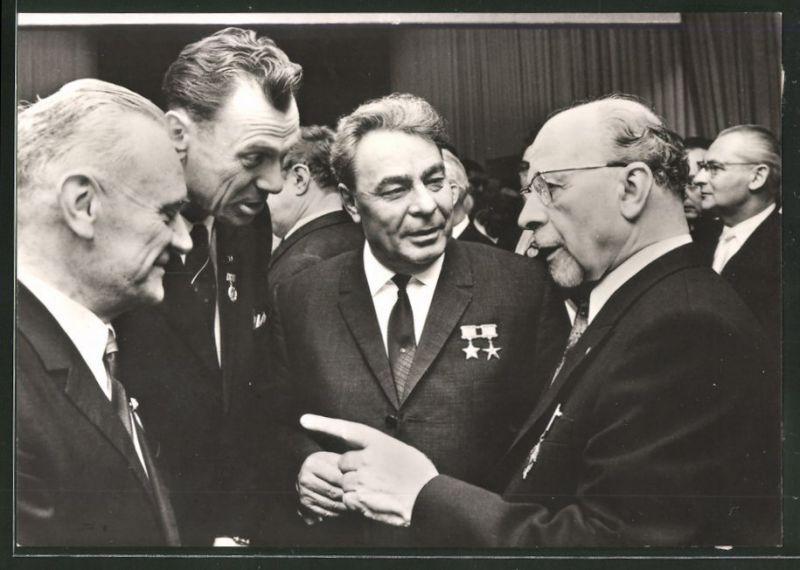 Fotografie Walter Ulbricht Vorsitzender des Staatsrats der DDR im Gespräch
