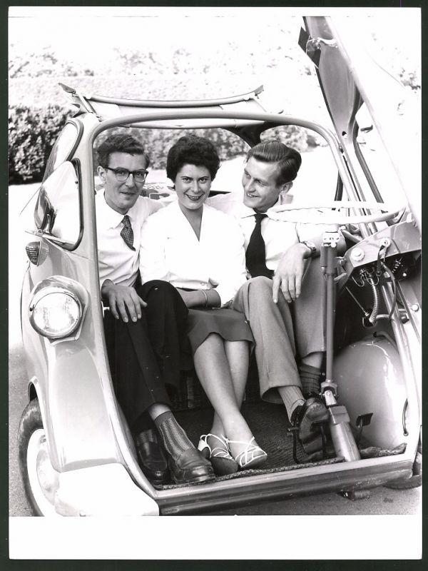 Fotografie Auto BMW Isetta, Drei Leute haben sich in den Kleinwagen gezwängt