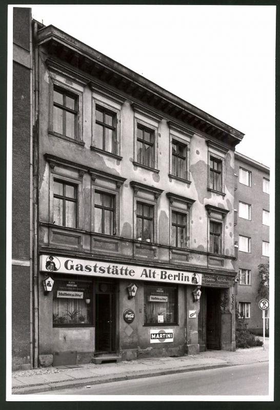 Fotografie Fotograf unbekannt, Ansicht Berlin-Charlottenburg, Krumme Strasse, Gaststätte Alt-Berlin Coca-Cola Reklame