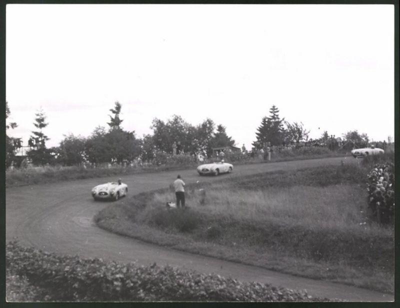 Fotografie Auto-Rennen Nürgurgring-Nordschleife, Mercedes Benz Rennwagen im Positionskampf