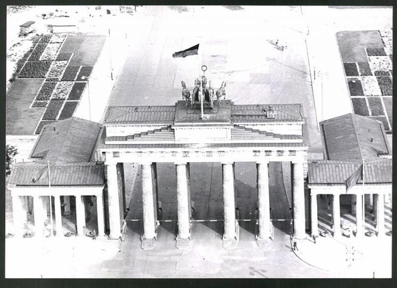 Fotografie Fotograf unbekannt, Ansicht Berlin, Zonengrenze, Brandenburger Tor mit DDR-Fahne