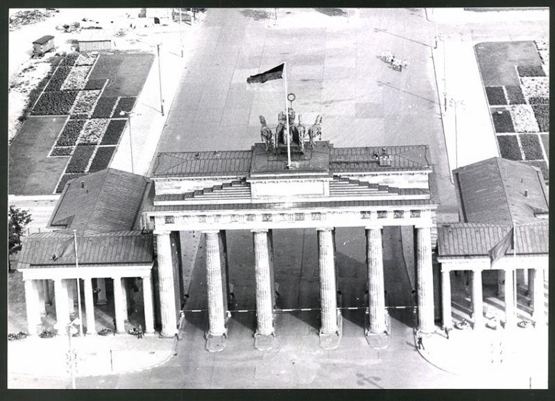 Fotografie Fotograf unbekannt, Ansicht Berlin, DDR-Fahne auf dem Brandenburger Tor, Zonengrenze