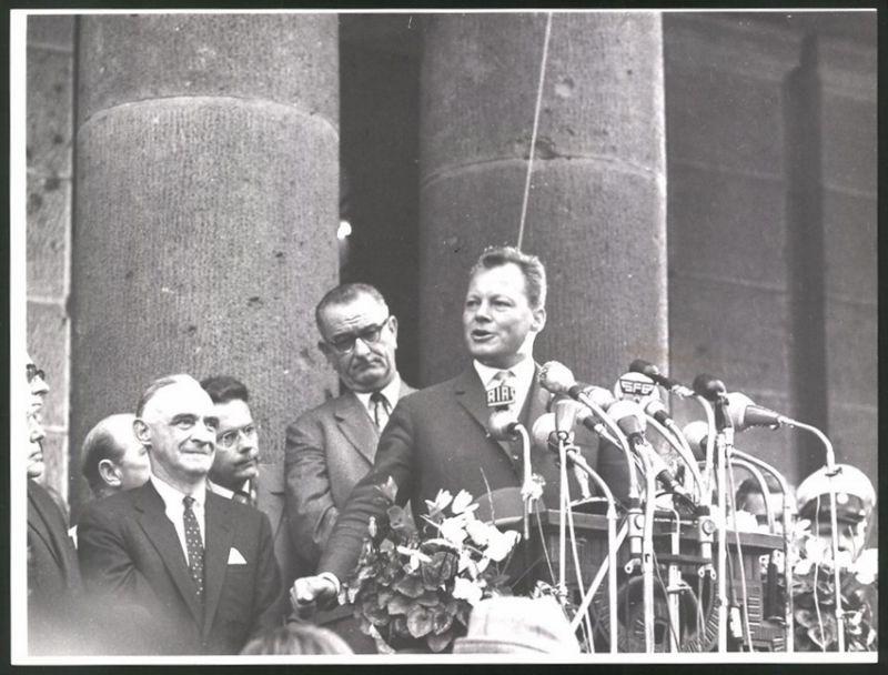 Fotografie Fotograf unbekannt, Ansicht Berlin, Bürgermeister Willy Brandt hält eine Reede am Reichstag