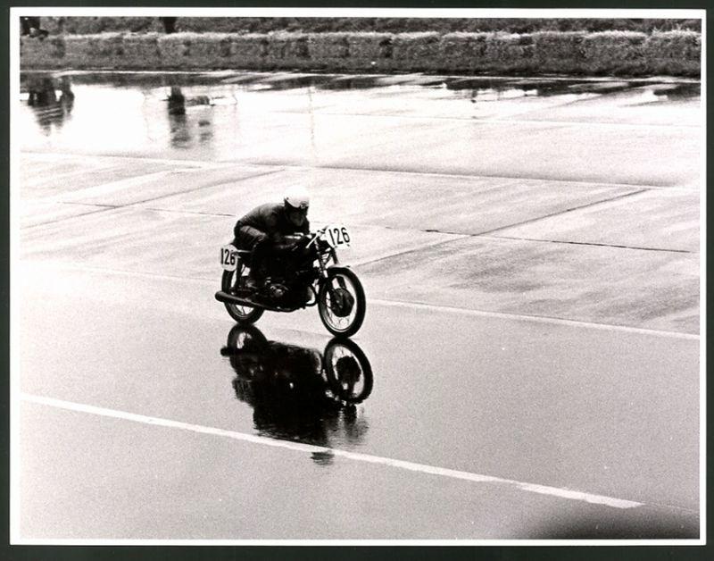 Fotografie Fotograf unbekannt, Ansicht Berlin, AVUS Motorrad-Rennen im Regen, Rennmotorrad Start-Nr. 126
