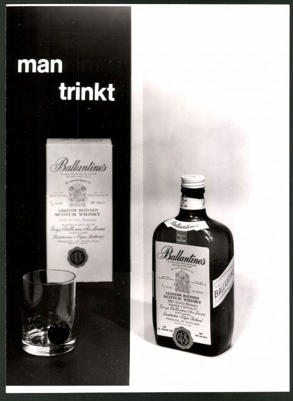 Fotografie Produkt-Reklame, man trinkt Ballentines Scotch Whisky