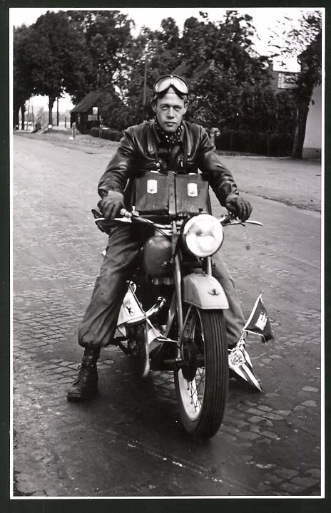 Fotografie Motorrad Victoria KR35 SS Columbus, Fahrer auf Krad mit Städte-Wimpeln