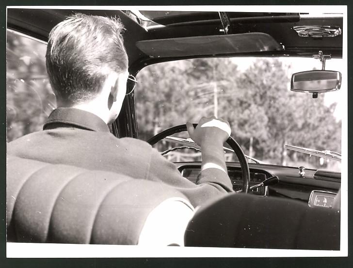 Fotografie Auto, Innenraum einer Limousine, Blick von der Rückbank zum Fahrer