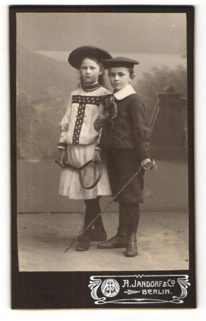 Fotografie A. Jandorf & Co., Berlin, Portrait Knabe und Mädchen in zeitgenöss. Kleidung