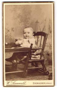 Fotografie W. Sannwald, Edenkoben i/Pfalz, Portrait Säugling in Kindersitz