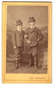 Fotografie Carl Backofen, Darmstadt, Portrait zwei Knaben in zeitgenöss. Kleidung mit Hüten