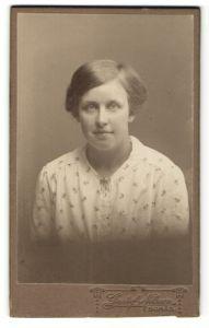 Fotografie Gustaf Nilsson, Boras, Portrait junge Frau mit zeitgenöss. Frisur