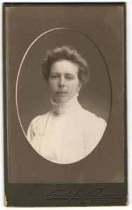 Fotografie Gustaf Nilsson, Boras, Portrait junge Dame mit Hochsteckfrisur